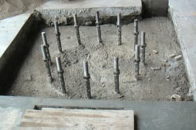 Foundation:High strength bolts are usually embedded in concrete and the size of foundation is related to the tonnage and arm length of cantilever cranes.